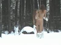 Голые кокетки резвятся посреди зимнего леса