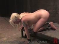 Блондинка, которой нравяться пытки