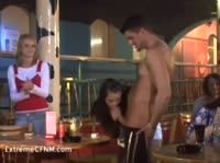 Мускулистый самец развлекает подвыпивших девчонок